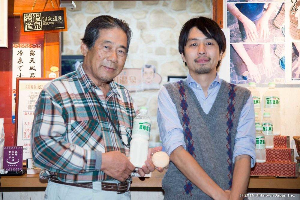 オーナーの池田高明さんと受付前で撮影