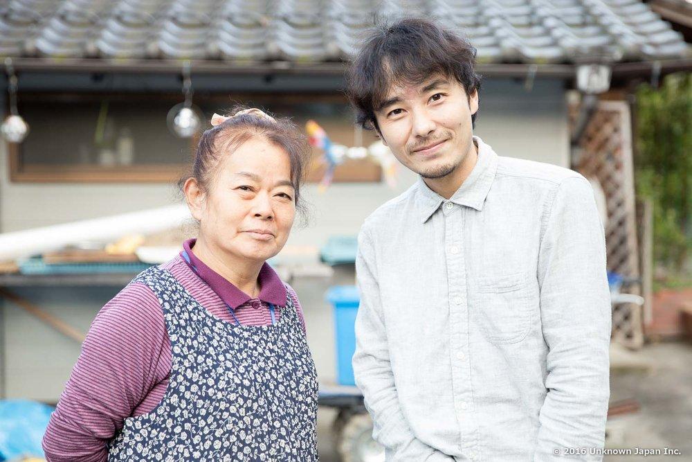 オーナーの松本豊子さんと建物の前で撮影