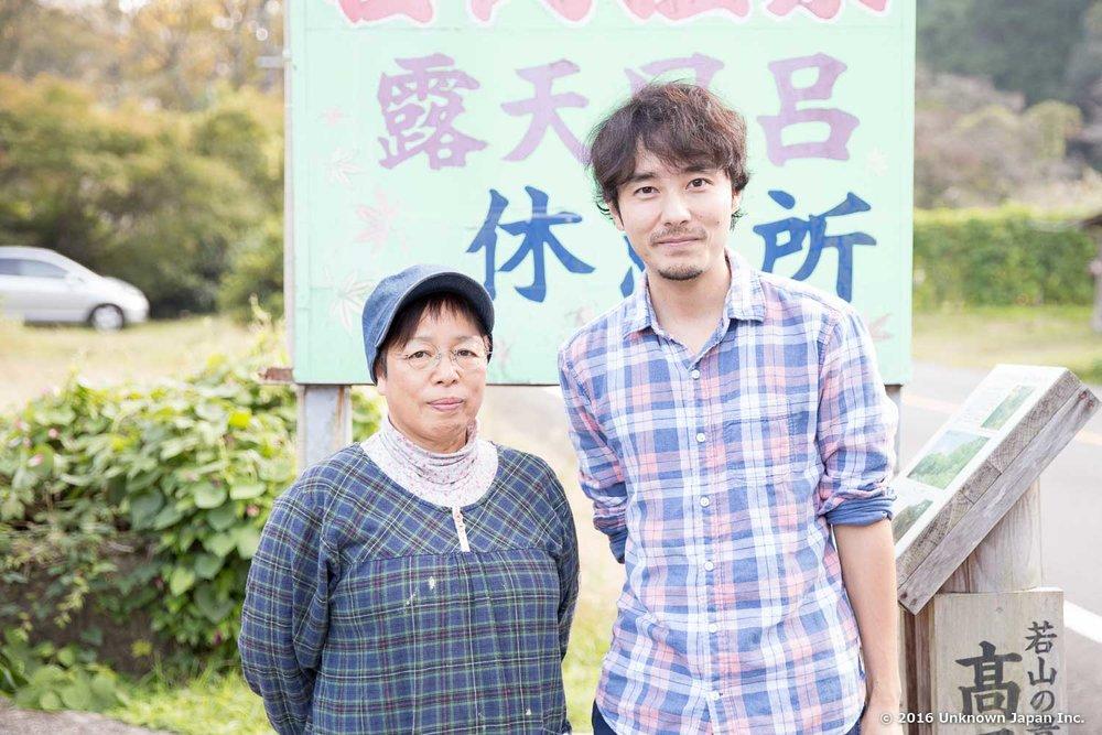 オーナーの松葉千恵子さんと看板の前で撮影