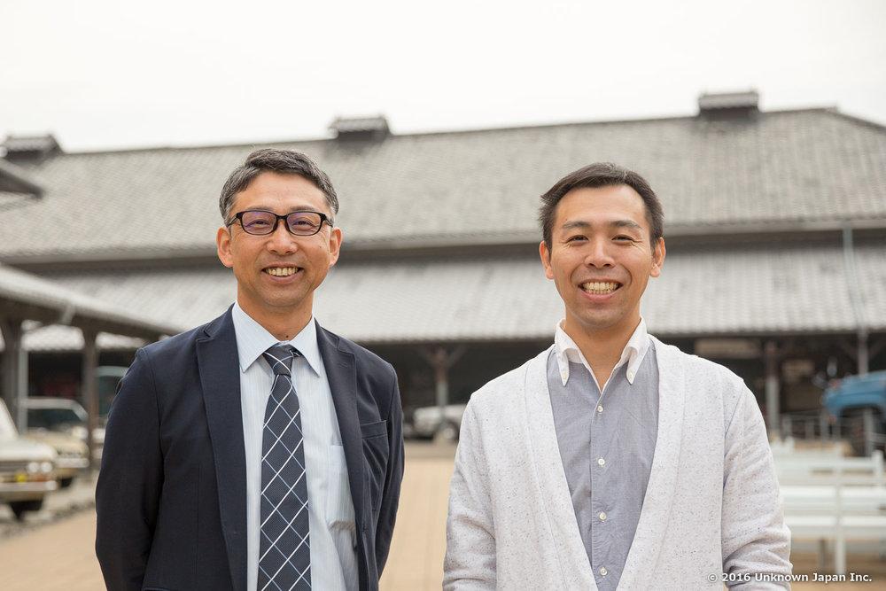 管理者の豊後高田市観光まちづくり株式会社の水田健二さんと昭和ロマン蔵の敷地内で撮影