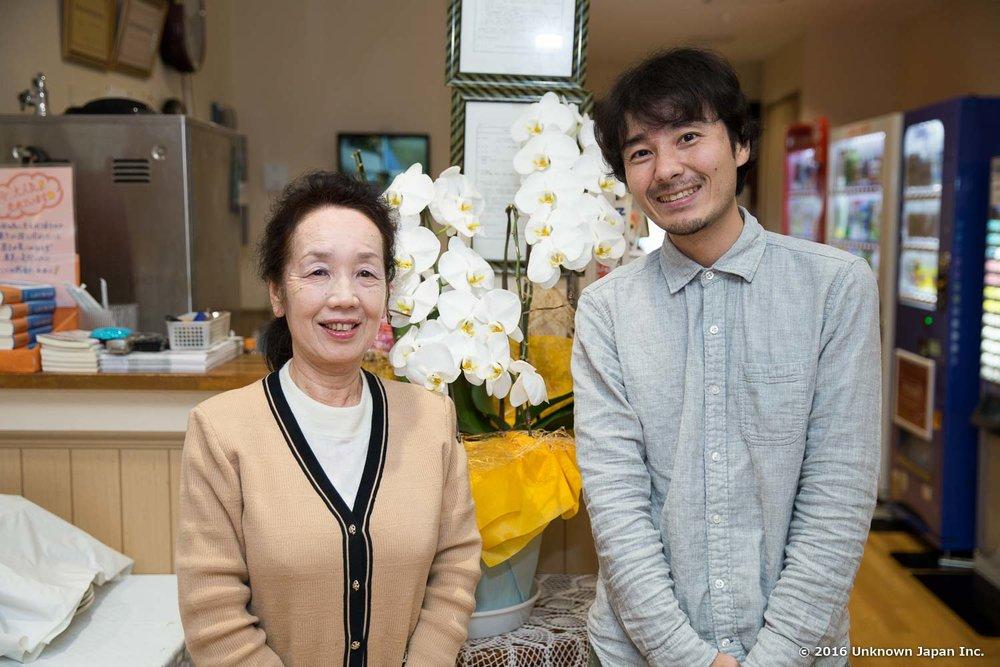 オーナーの中村明美さんと受付前で撮影