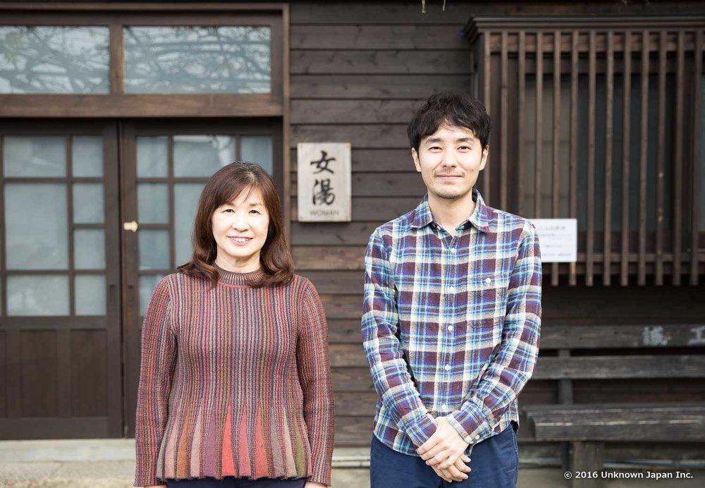 オーナーのご家族である宮本純子さんと入口前で撮影
