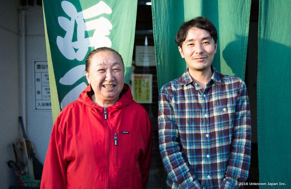 管理スタッフの峰原栄美子さんと入口前で撮影
