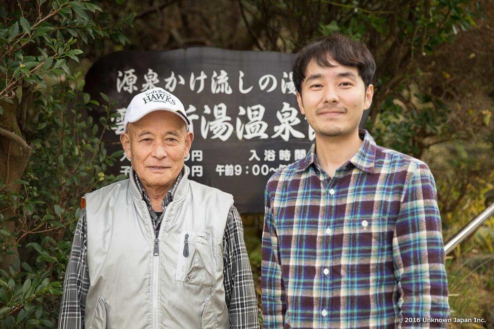 組合長の加藤安弘さんと看板の前で撮影