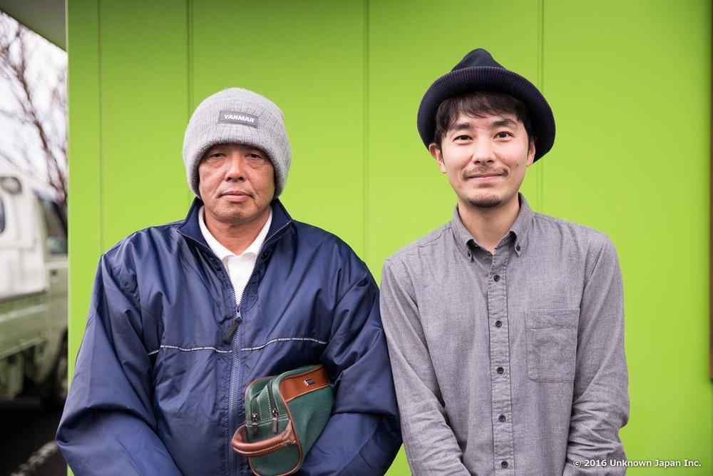 3代目の山口彰伸さんと建物の前で撮影