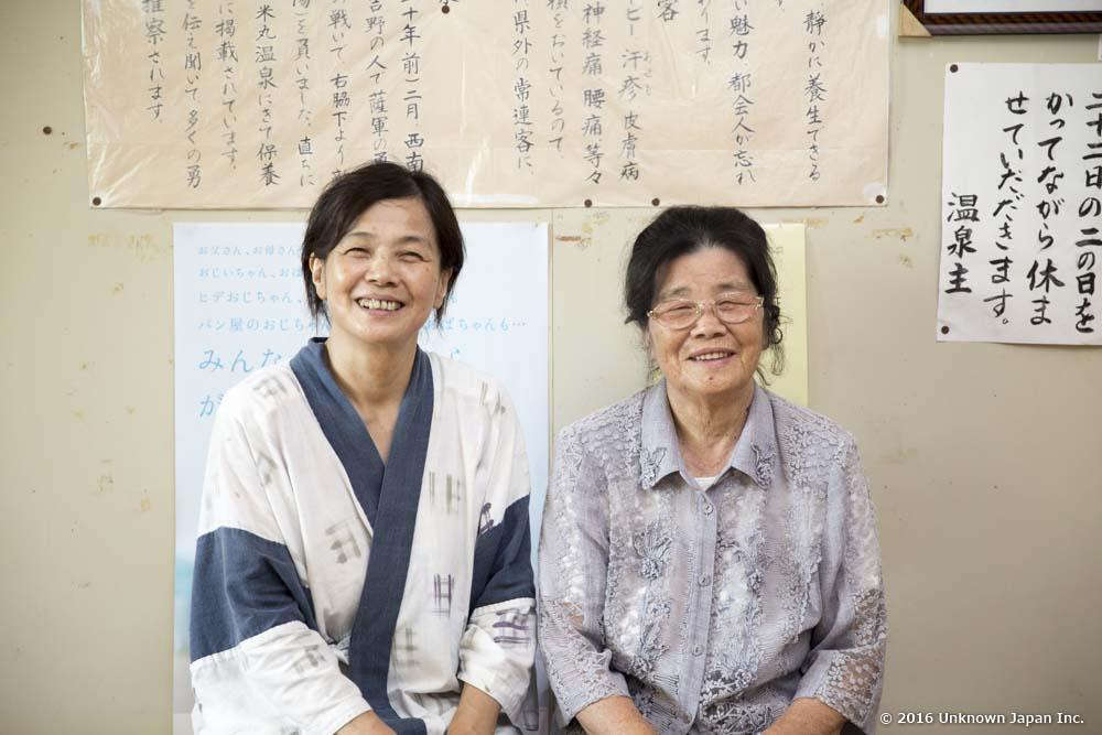 米丸温泉、優しい語り口でとげ抜き伝説について話してくれる恵津子さんとお母様
