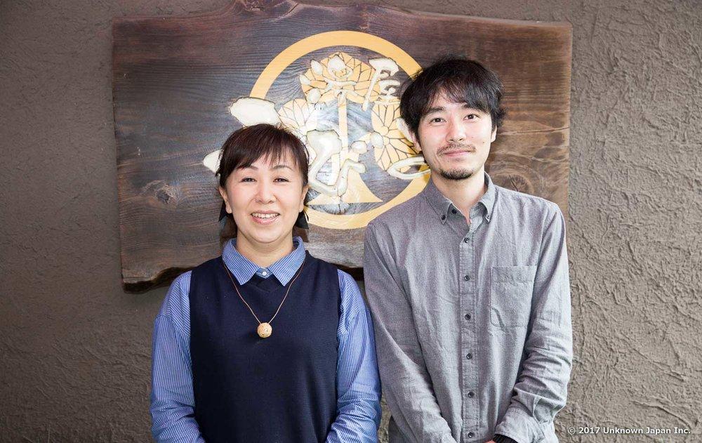 女将の本田麻也さんと入口の看板前で撮影