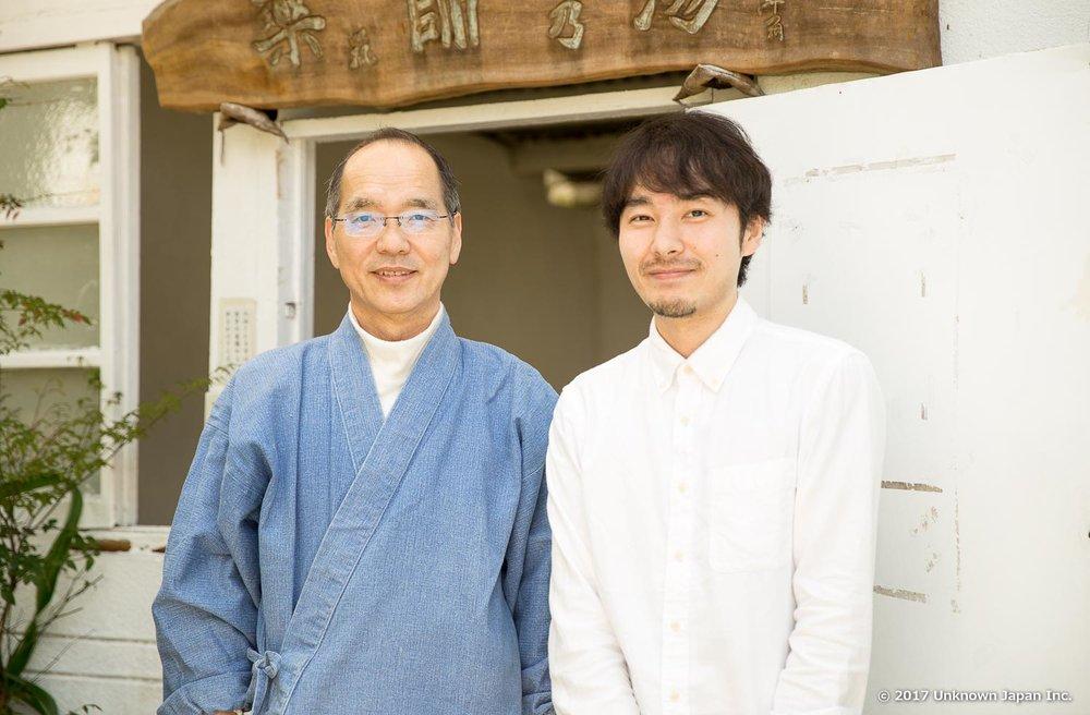 住職の芹川和教さんと薬師湯の前で撮影