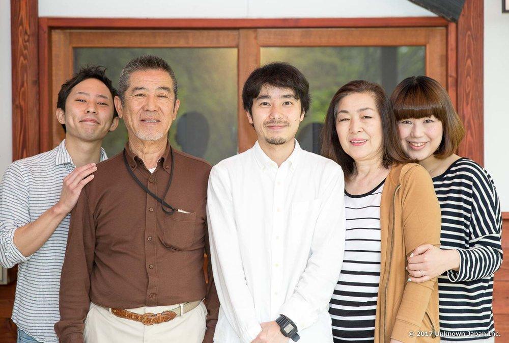 オーナーの藤田新八さんとそのご家族と玄関前で撮影