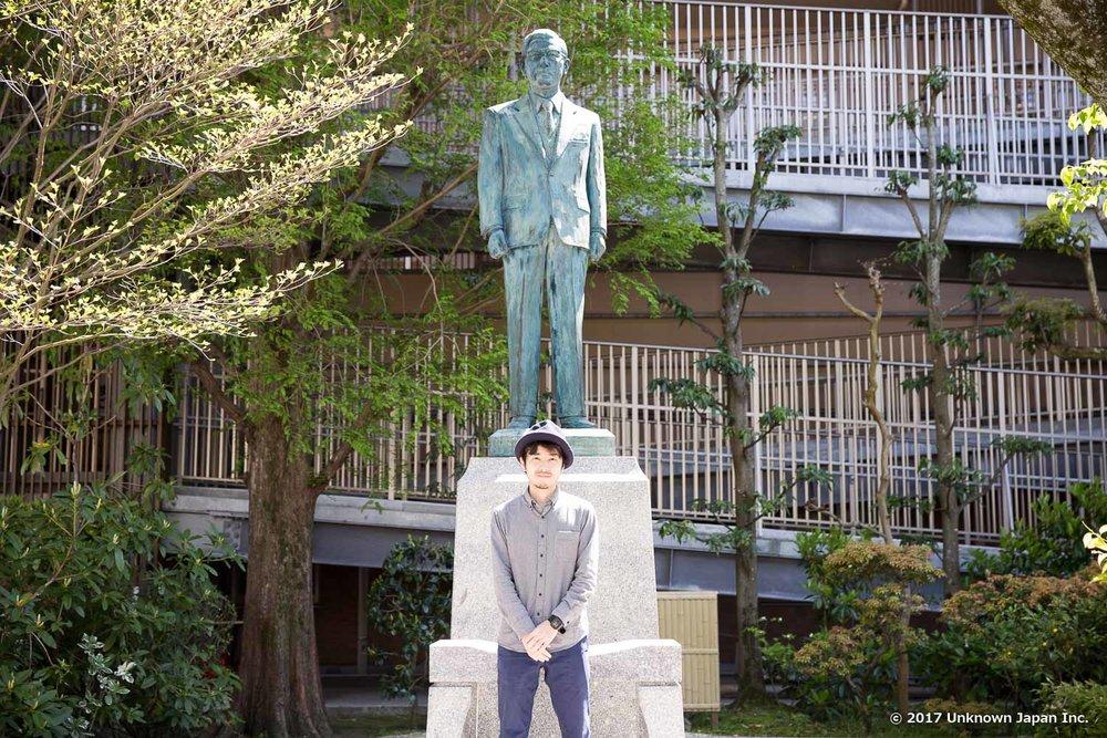 太陽の家を創設された中村裕先生の銅像の前で撮影