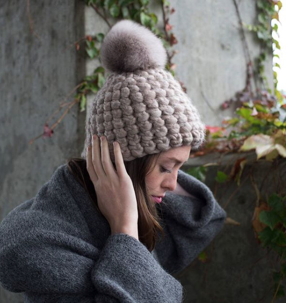 taupe beanie pomster • taupe xl pom