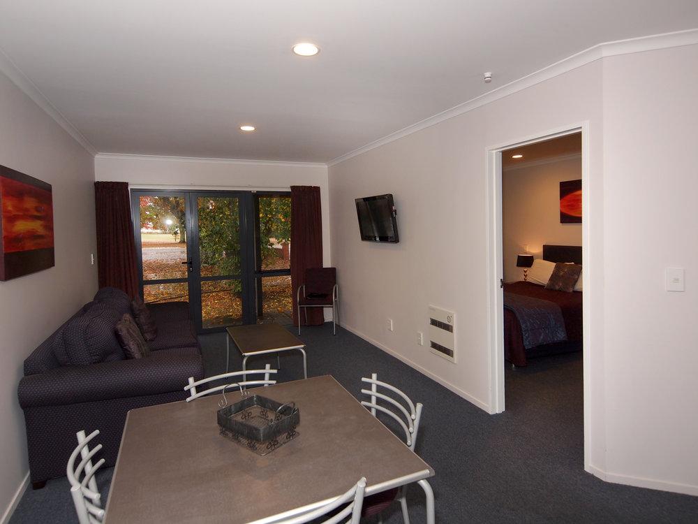 oak estate motor lodge living room