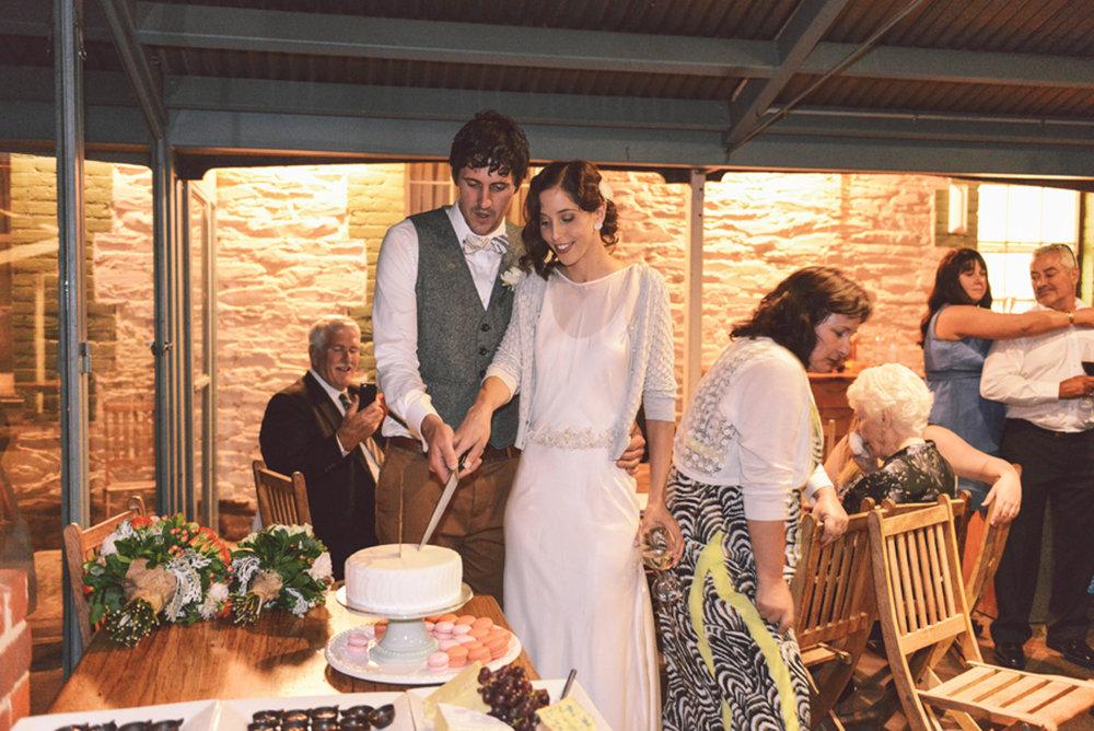 adelaide-wedding-photography-cake-cutting-jessica-yaeger.jpg