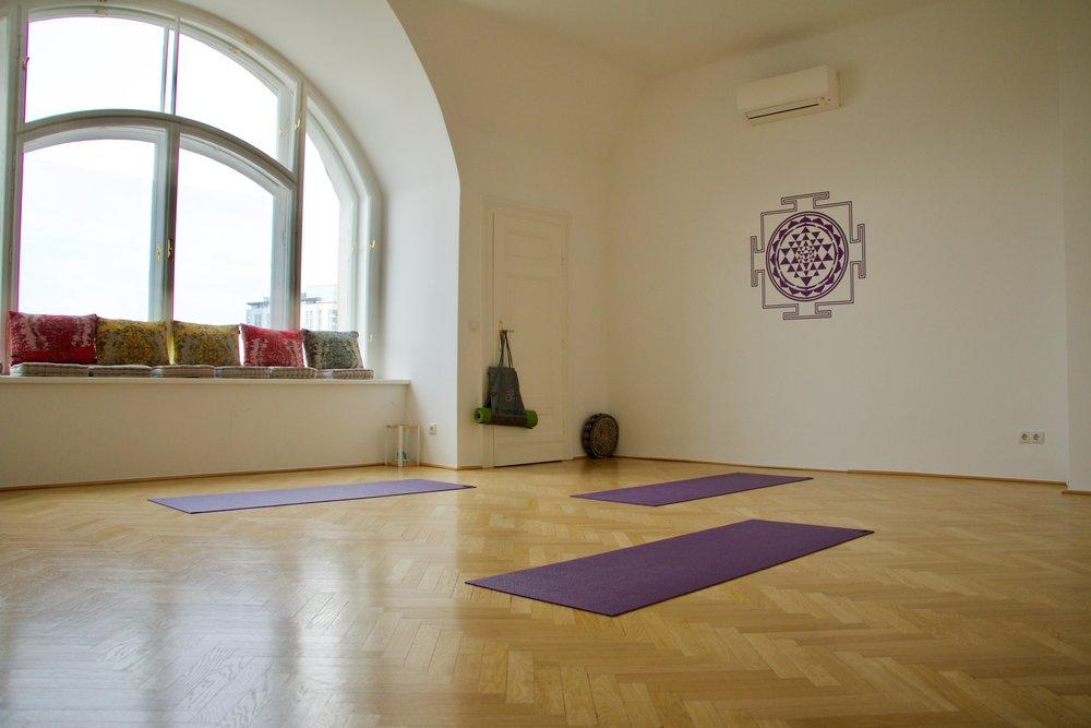 Yogaraum - Heller, sonnendurchfluteter 40qm Yoga- und Seminarraum, Schiffsparkettboden in Eiche, Fussbodenheizung, Klimaanlage, ausgestattet mit komplettem Yoga Equipment.