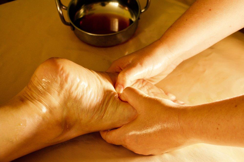 Auf Wunsch können die wohltuenden Ayurveda Massageanwendungen vor Ort dazu gebucht werden.