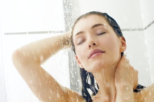 kvinne i dusj