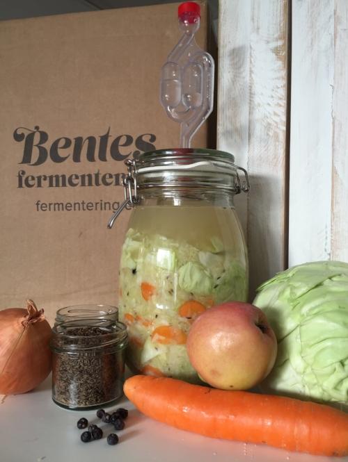 Min fermenterte surkål er både pre- og probiotisk. Tarmens gode bakterier liker surkålen veldig godt, og det gjør jeg også :-)