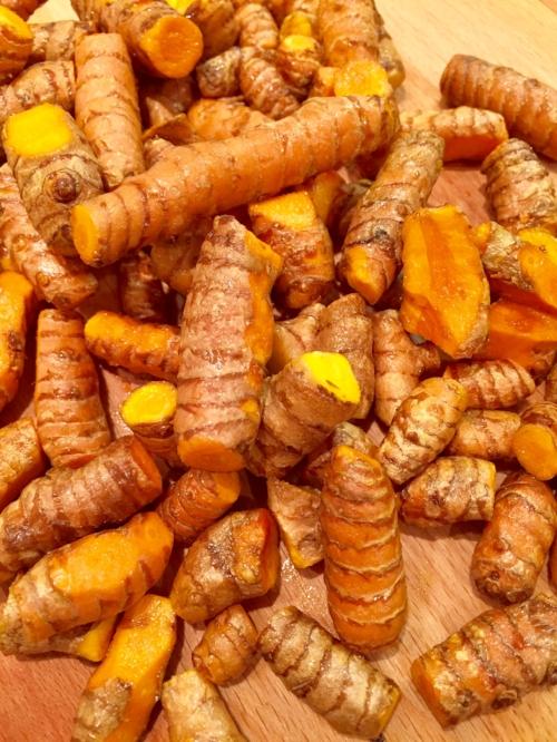 Økologiske gurkemeierøtter har utrolige flotte og helsebringende egenskaper. NB! Fargestoffet er sterkt, det gule setter flekker som ikke alltid lar seg fjerne! Negler og fingre blir gule :)