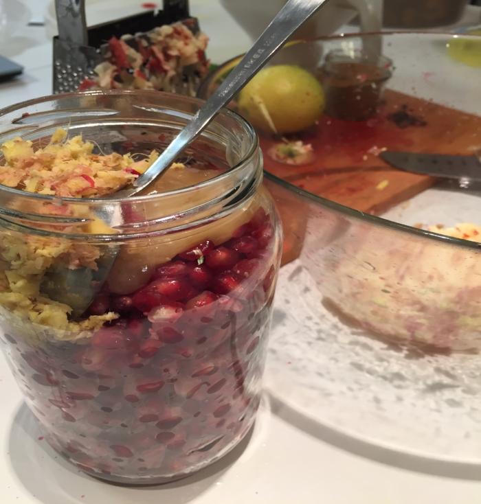 Eple, ingefær, honning og krydder blandes inn. Sett på lokk,rist og vend glasset :)