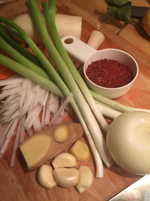 Hvitløk, ingefær og løk finhakkes eller kjøres i en blender til en jevn masse. Denne tilsette risvellingen når den er kjølet ned.