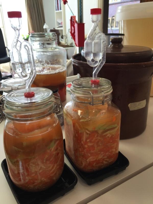 Glass med gjærlås gjør fermenteringen enkel og trygg. Du får kjøpt dem i nettbutikken.  KLIKK     HER   I   dette heftet   får du alt du trenger for å komme i gang med fantastisk fermentering.