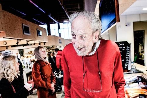 Karl Arfors, 80 år, i Östermalms saluhall. Den pensionerade forskaren utnyttjade en upptäckt som belönades med Nobelpriset 1998. Foto: Tomas Oneborg