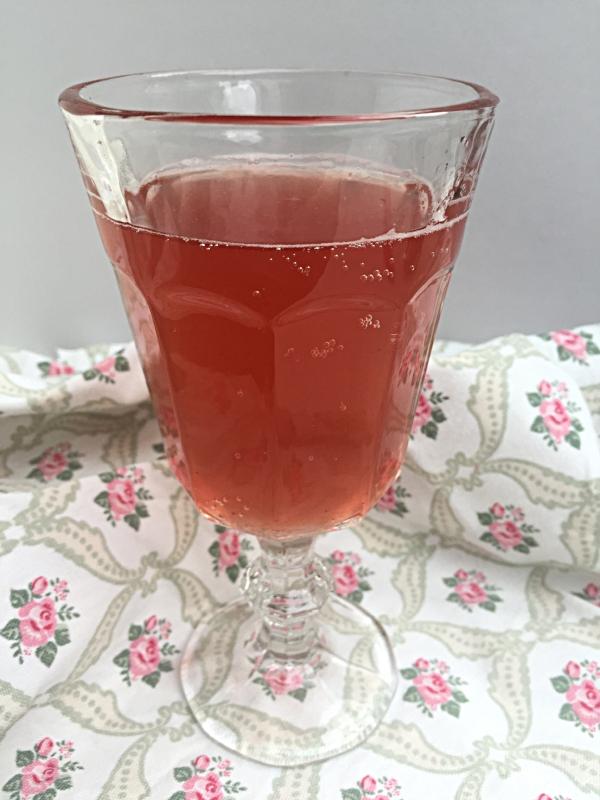 Kombucha brygget på økologisk hibiskusblomst, løvetann og brennesle. Smaksatt med bringebær og ingefær.