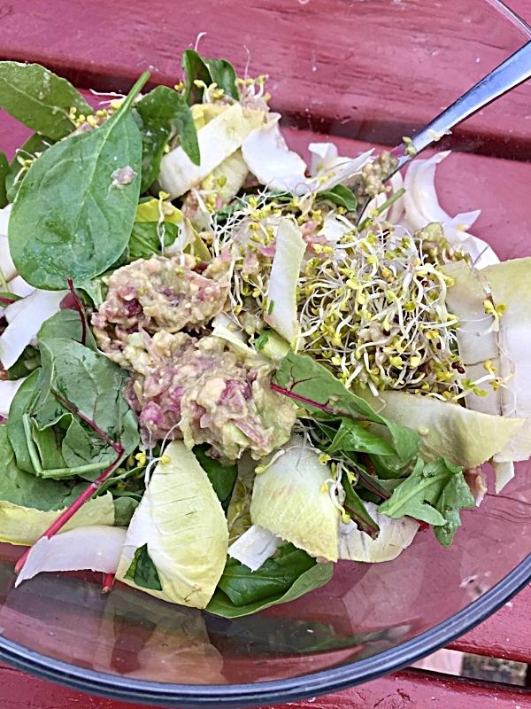 Salat med chikori/endive, miks av økologiske grønne blader, brokkolispirer. Guacamolen ble tilsatt som en dressing, og det fungerte godt. Veldig godt!
