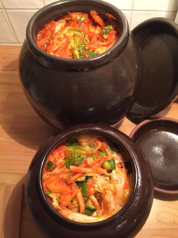 Mine to koreanske onggi - kimchikrukker - fylt til randen av kimchi med masse gochugaru chili. Til å bli glad av. Helt forståelig at koreanerne MÅ ha sin kimchi til alle måltider. De er jo også blant folk i verden som har best helse og lever lengst.