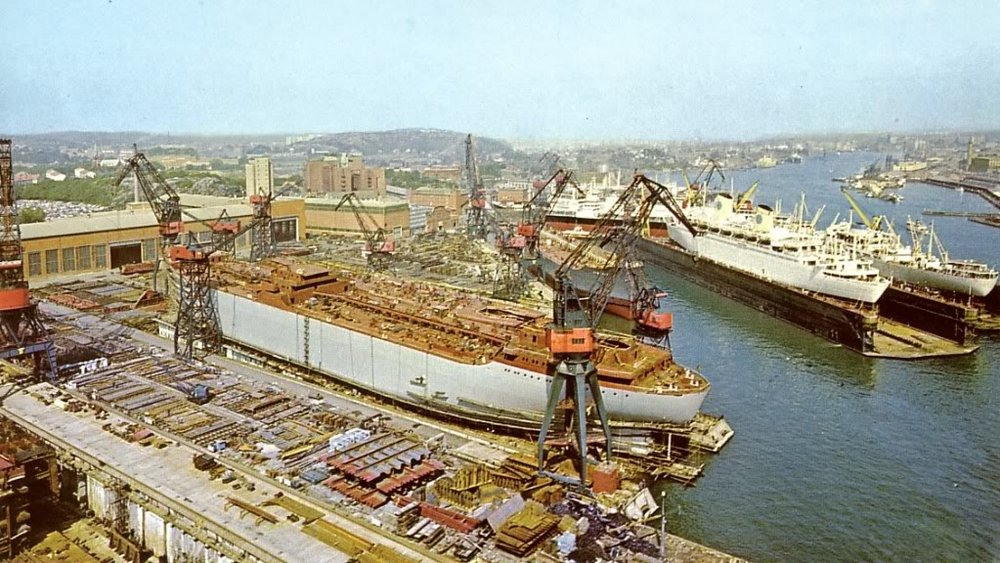 During the 60s with the Swedish American Line passenger ship in the floating dock and one of TransAtlantic's styckegodsare in the second dock on the slipway a tanker midship building. (www.landgangen.se)