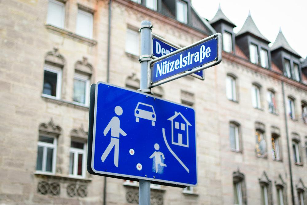 "sign indicating spielstraße, or ""living street"""