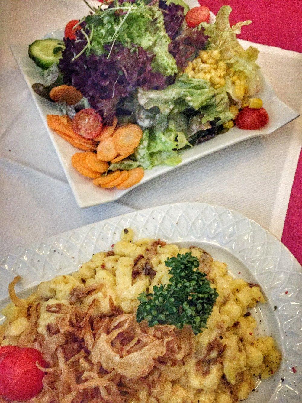 spaetzle with crispy onions & side salad at Madame Plüsch (Füssen)