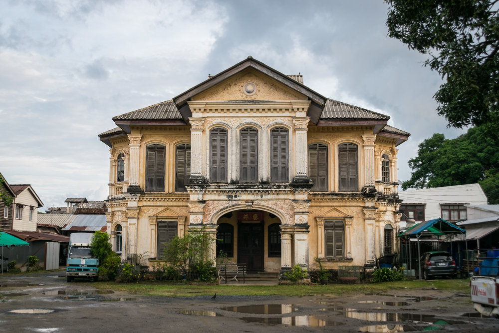 Dibuk mansion, currently part of a gas tank delivery business