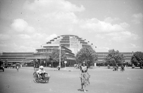 Phnom Penh & a rickshaw in the 1960s (photo credit: Pinterest)