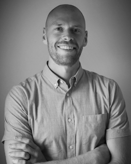 DR. DUSTIN JONES, PT, DPT, CF-L1    Dustin created  The Senior Rehab Project  & has been a key voice in shifting attention towards elevating the quality (& intensity) of care that we give older adults.  Click for bio.