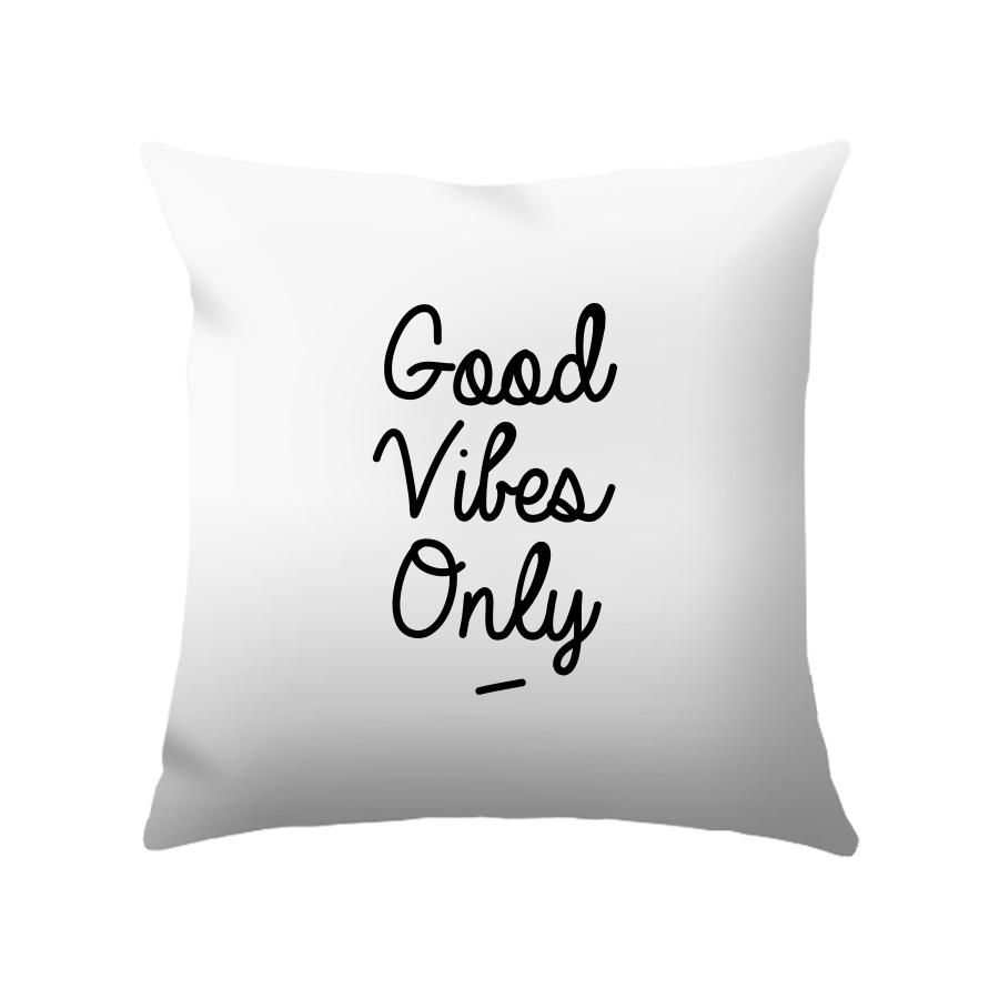 Le coussin Good Vibes Only par Triaaangles ® - Découvrez tout l'Artshop pour les amoureux de la déco.
