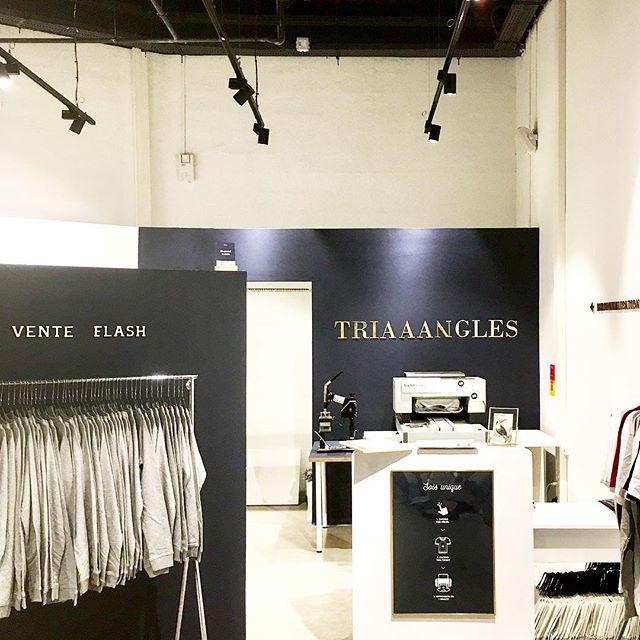 Notre 4ème boutique @triaaangles est ouverte !! Rdv au @pradoshopping pour découvrir une offre exclusive et toujours nos services de personnalisation live 👕💡✨ . #marseille #prado #conceptstore #triaaangles #personnalisation #pradoshopping #diy
