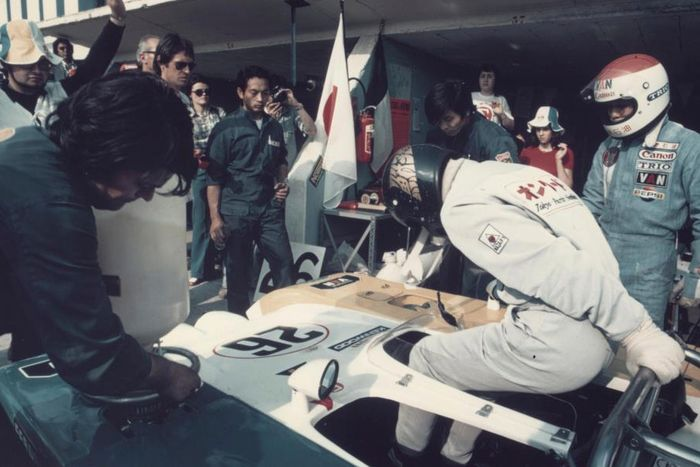Hiroshi Fushida handing over the MC73 to Tetsu Ikuzawa.