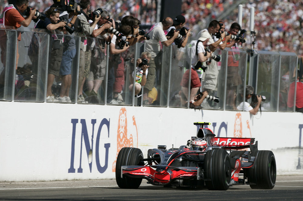 Heikki crossing the finish line for his maiden win in Formula One