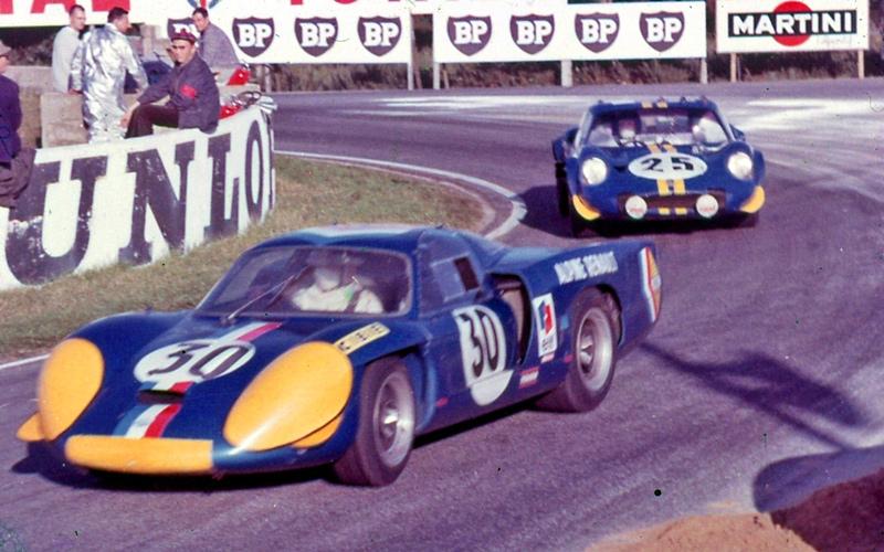 André de Cortanze/Jean Vinatier chased by the Chevron B12 of John Woolfe/Dibgy Martland, Le Mans 1968.