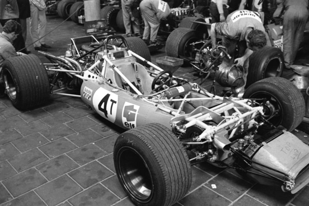The MS84 undressed; the inboard front brakes are clearly visible here.
