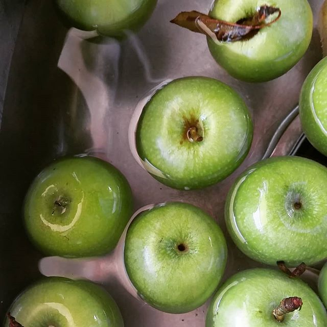 I normally buy organic apples but really wanted a granny smith ... so I have apples bobbing around in 2l of water and 2 Tbsp of baking soda.  #functinalnutritionandlifestylepractitioner #fnlp  #rediscoveryourwellness  #rediscover_your_wellness
