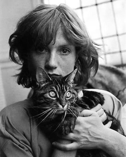 Isabelle Huppart and kitty 📷: Édouard Boubat. . . . #celebritiesandcats #isabellehuppartandcat #celebritiesandpets