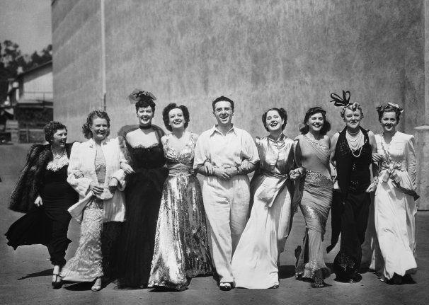 Norma_Shearer_George_Cukor_cast_and_crew_of_The_Women.jpg