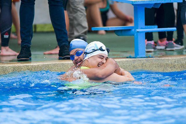 Final del reto de 50m libres en #natación entre el campeón ganador de medalla de oro en Juegos Mundiales de Olimpiadas Especiales, Luis Ortiz, y @chocheromano