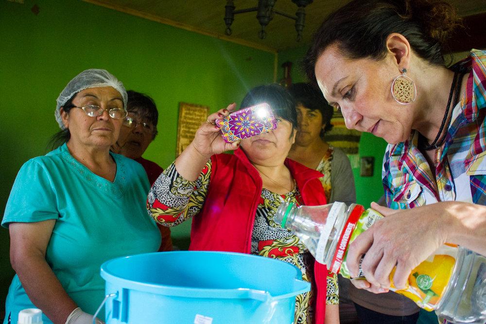 Ella enseña a las mujeres como hacer Jabón de las plantas que están a su alcance.