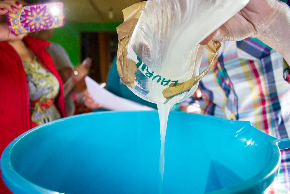 Tienen clases de jabón, textiles y otros productos artesanales. Les encantan las clases porque así les pueden demostrar a la comunidad que ellas pueden aprender habilidades nuevas.