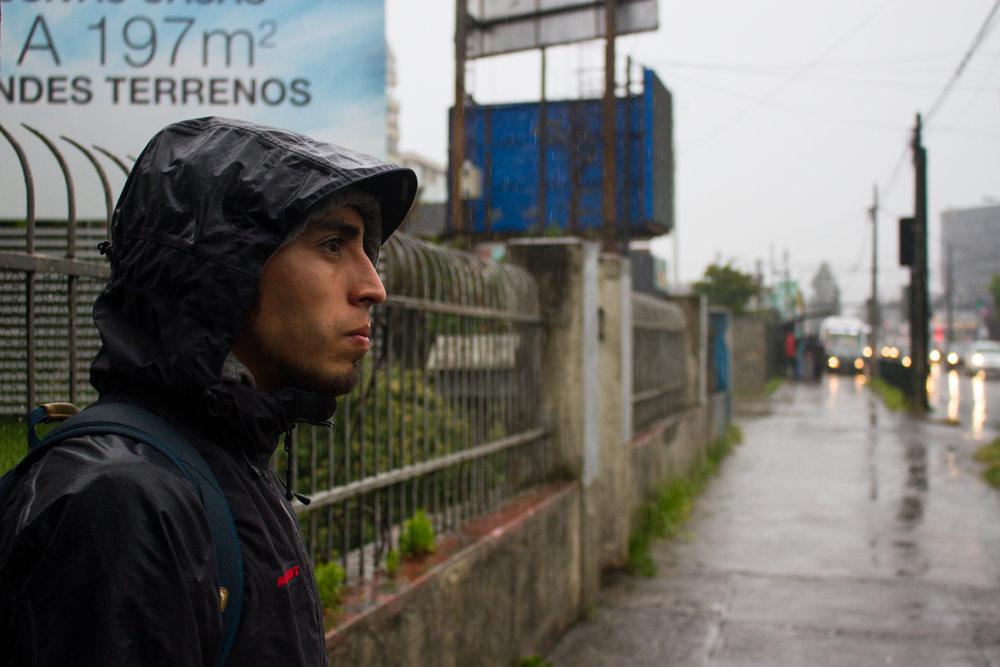 Él quiere trabajar en la ciudad pero quiere vivir en el campo siempre porque allí la vida pasa más lento.