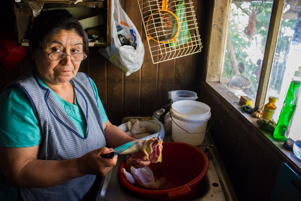 A Norma no le importa si tiene sueño o está enferma, hará comida porque sus hijos y esposo llegan a la casa con hambre.