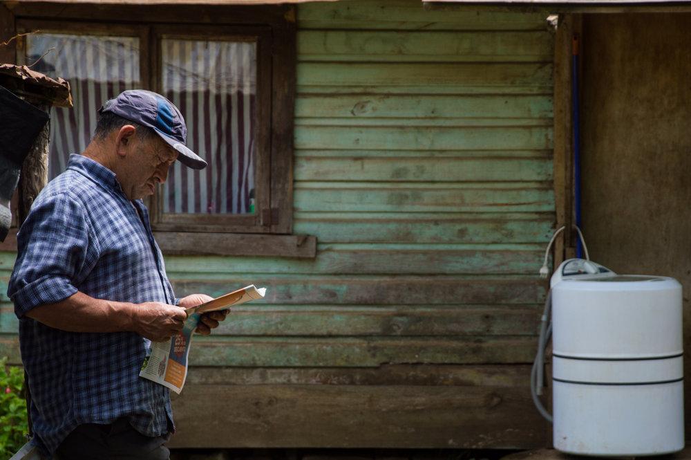 Samuel se acuesta cuando está leyendo un periódico después de un largo día de trabajo.